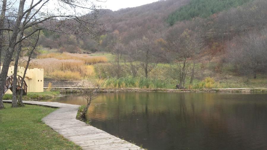Drvena staza za šetnju oko jezera