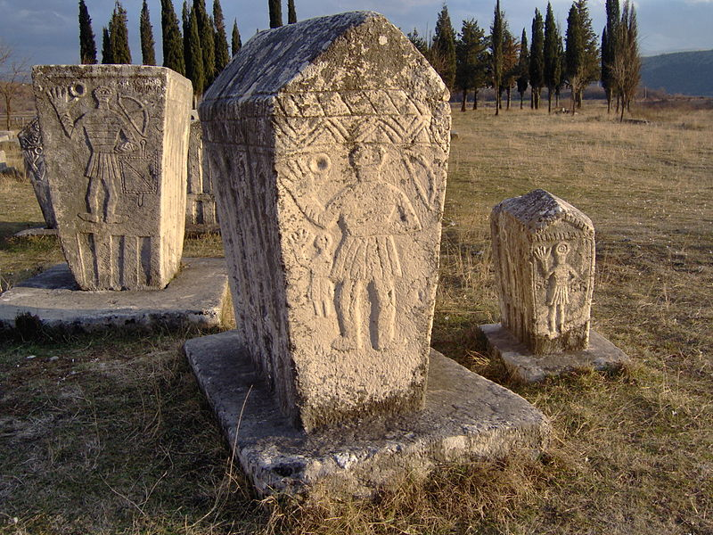 "Srednjevekovni spomenici | <em>Creative Commons - image by <a href=""https://commons.wikimedia.org/wiki/File:Bosniangraves_bosniska_gravar_februari_2007_stecak_stecci5.jpg"" target=""_blank"">Litany / commons.wikimedia.org</a></em>"