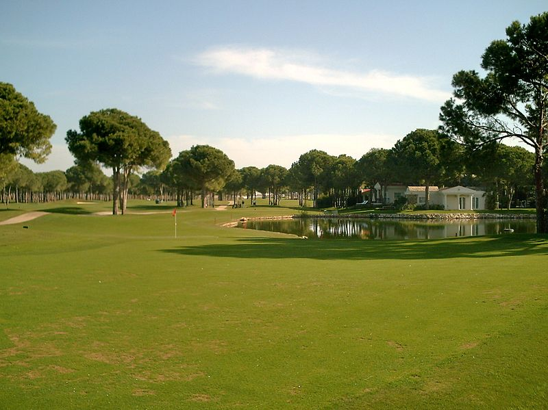 "Dobro poznati golf tereni | <em>Creative Commons - image by <a href=""https://commons.wikimedia.org/wiki/File:2010-11-21-Belek-Nobilis-10.JPG"" target=""_blank"">R-E-AL / commons.wikimedia.org</a></em>"