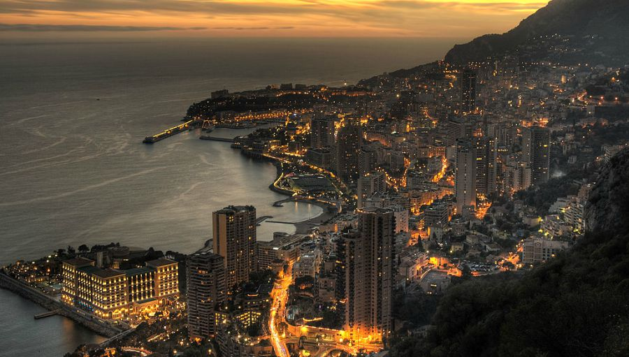 "Sumrak nad Monakom | <em>Creative Commons - image by <a href=""https://commons.wikimedia.org/wiki/File:Aerial_view_of_Monaco_at_dusk.jpg"" target=""_blank"">JP Miss / commons.wikimedia.org</a></em>"