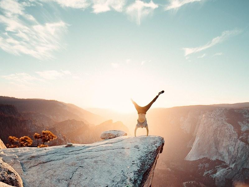 stoj na rukama na planini