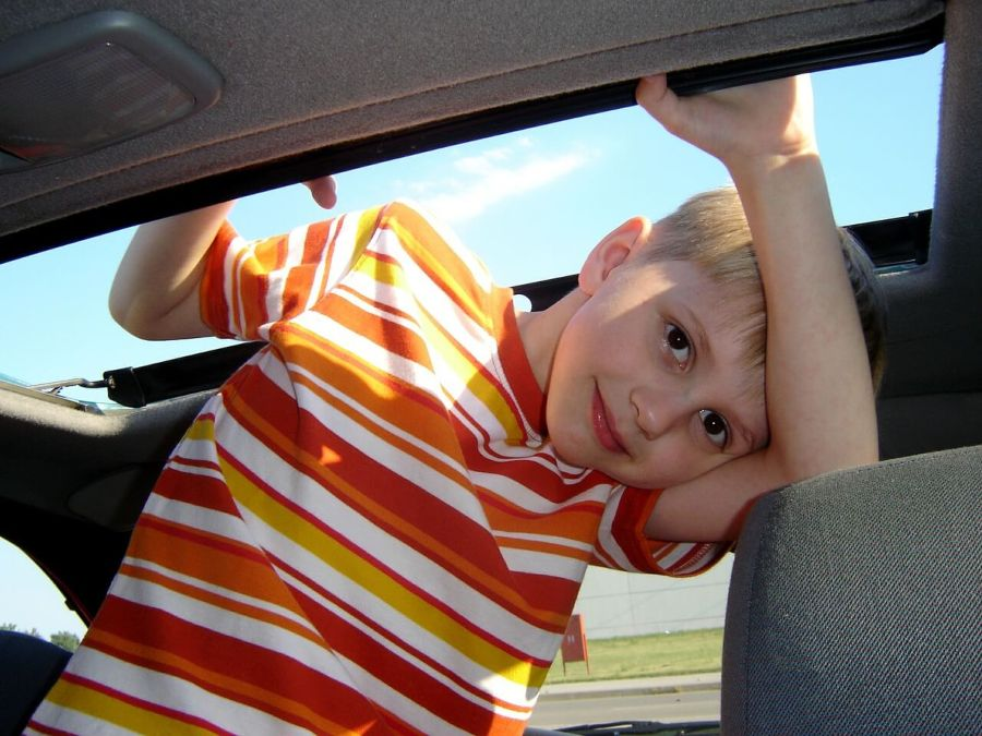 Dete u automobilu